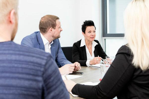 Personalvermittlerin Corinna Körner bei der Zusammenarbeit mit Ihrem Personalvermittlungs- und Personalberatungsteam